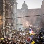 Ogromny marsz przeciwko obostrzeniom w Amsterdamie