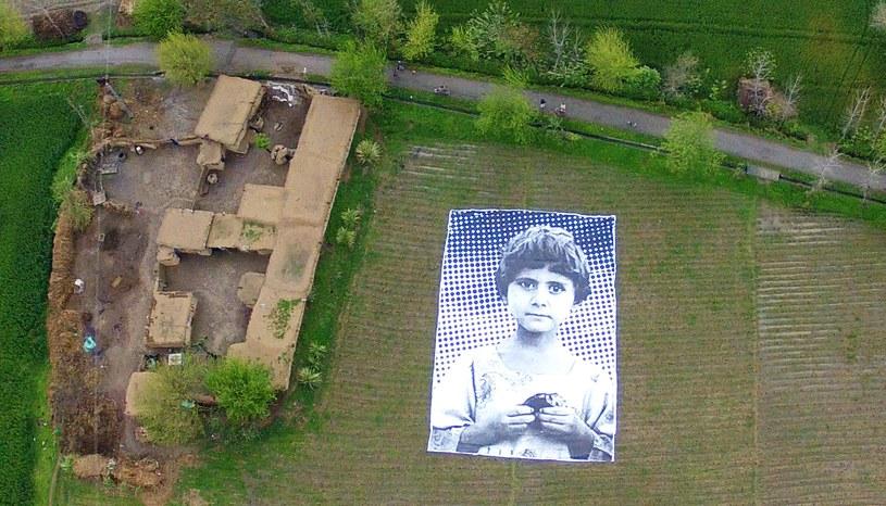 Ogromny plakat na polu uprawnym w Pakistanie /AFP