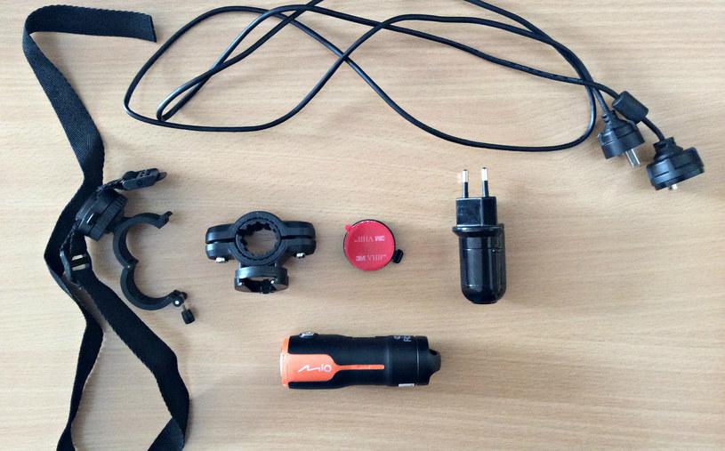 Ogromnym plusem kamery Mio MiVue jest wyposażenie, które dostajemy w zestawie /INTERIA.PL