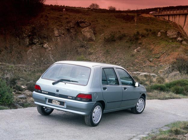 Ogrzewana szyba tylna znajduje się nawet w najtańszych odmianach tego samochodu, podobnie jak drugie lusterko. /Motor