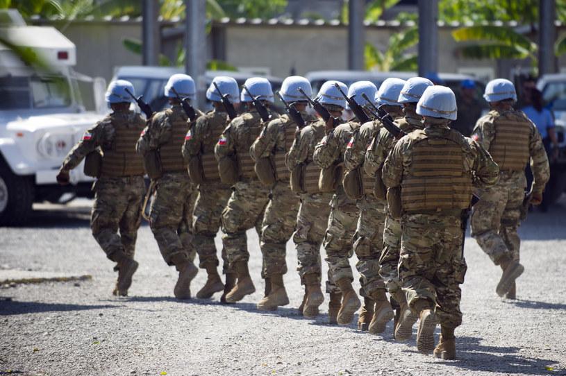 Ojcami dzieci wykorzystywanych seksualnie kobiet byli żołnierze z dwunastu różnych krajów /Hector Retamal /AFP
