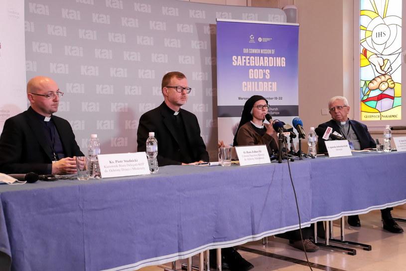 Ojciec Adam Żak (na zdjęciu pierwszy od prawej strony) /Zofia Bichniewicz /PAP