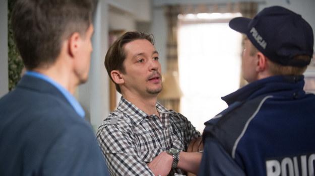 Ojciec Elizy zjawia się u Bergów z policją i żąda przeszukania! /x-news/ Radek Orzeł /TVN