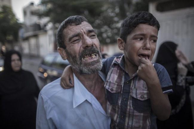 Ojciec i brat dwójki chłopców, którzy zginęli /Oliver Weiken /PAP/EPA