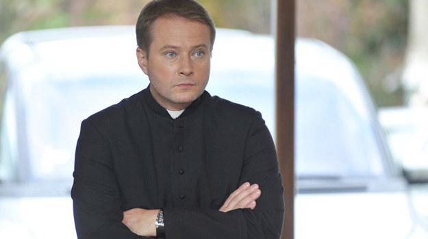 Ojciec Mateusz (Artur Żmijewski) będzie miał dużo pracy. Parafianie i policja wciąż liczą na jego pomoc i detektywistyczne umiejętności. /Niemiec /AKPA