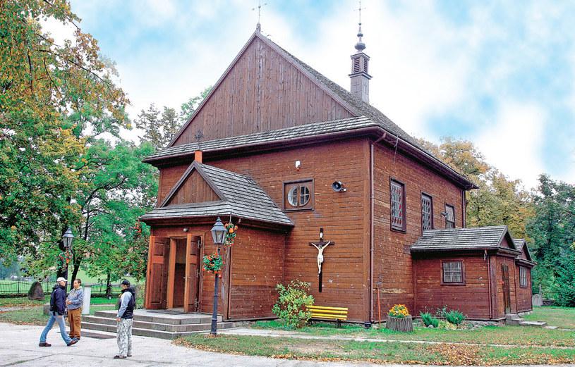 """""""Ojciec Mateusz"""" -Glinianka: Zabytkowy drewniany kościółek pod wezwaniem św. Wawrzyńca w Gliniance (gmina Wiązowna) jest serialową świątynią ojca Mateusza /Świat Seriali"""