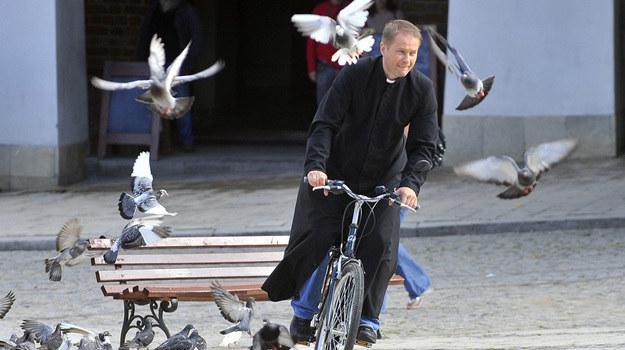 Ojciec Mateusz na swoim rowerze /Baranowski /AKPA