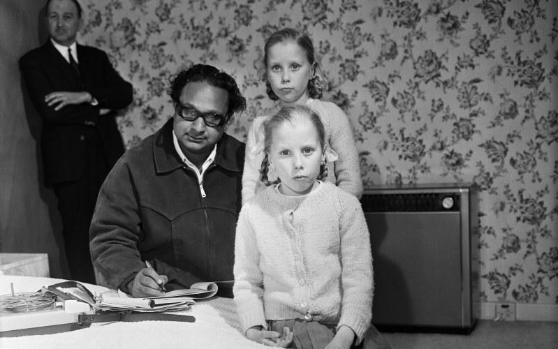 Ojciec (na drugim planie) nie miał wątpliwości, że bliźniaczki są nowym wcieleniem jego zmarłych córek /Chris Paterson/Mirrorpix/Getty Images /Getty Images