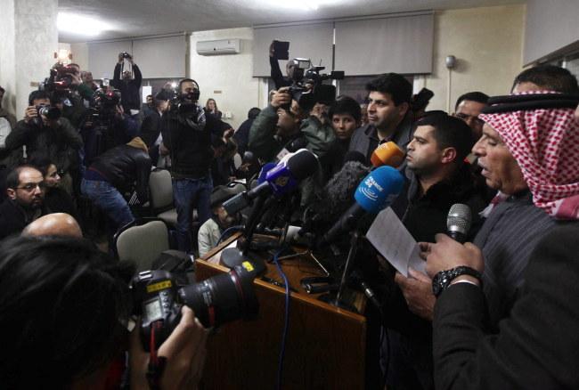 Ojciec porwanego pilota (pierwszy z prawej) apelował podczas konferencji prasowej o uwolnienie syna /JAMAL NASRALLAH /PAP/EPA
