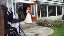 Ojciec sprawił córce niespodziankę podczas ślubu. Wzruszające