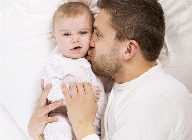 Ojcowie bardziej zaangażowani w opiekę nad dzieckiem mają mniejsze jądra. /123RF/PICSEL