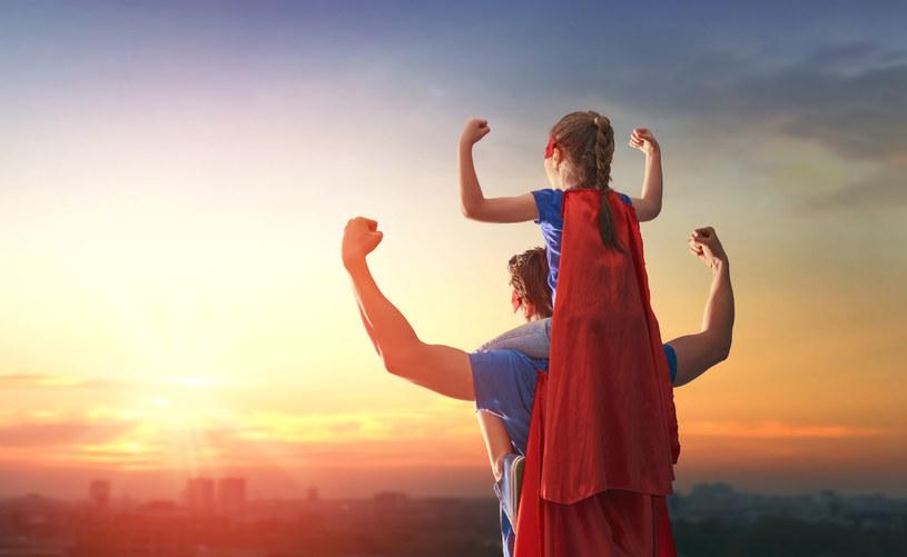 Ojcowie często są bohaterami dla swoich dzieci /123RF/PICSEL