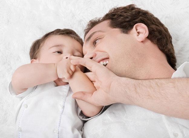 Ojcowie inaczej niż matki pieszczą dziecko, rozmawiają z nim czy się bawią /© Panthermedia