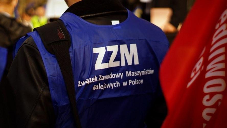 Ok. 400 związkowców Przewozów Regionalnych pojawiło się przed ministerstwem /Michał Dukaczewski (RMF FM) /RMF FM