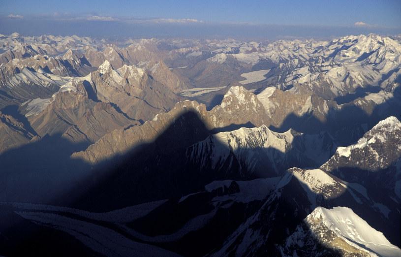Okazały cień góry K2 pada na pobliskie szczyty /Ronald Naar/ANP Kina /East News