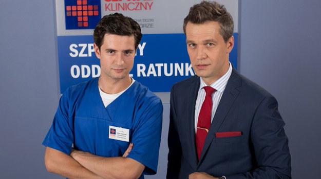 """Okaże się, że Falkowicz i Krajewski są braćmi. Nastąpi to w 537. odcinku """"Na dobre i na złe"""" /Agencja W. Impact"""