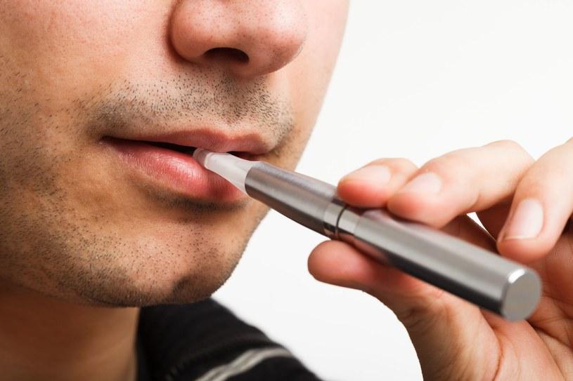 Okazuje się, że coraz popularniejsze e-papierosy wcale nie są zdrowsze od tych tradycyjnych /123RF/PICSEL