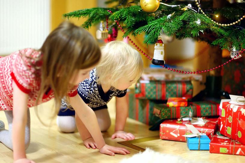 Okazuje się, że dawanie dzieciom zabawek nie jest najlepszym pomysłem /123RF/PICSEL