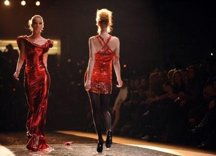 Okazuje się, że modelki nie do końca potrafią chodzić na wysokich obcasach /AFP