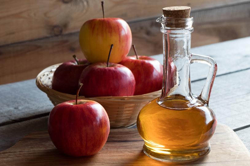 Okazuje się że nadmierne i nierozważne stosowanie octu jabłkowego może przynieść nam więcej szkody niż pożytku /123RF/PICSEL
