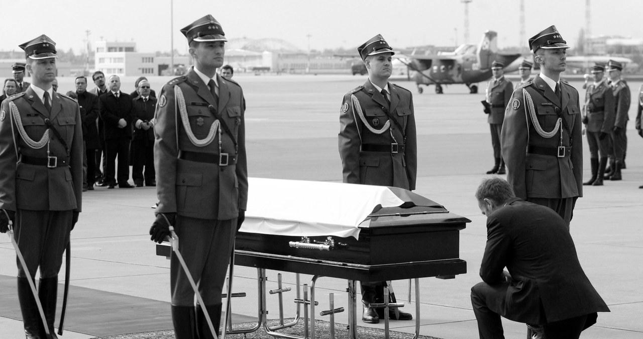Okęcie: Uroczystość powitania trumny z ciałem Lecha Kaczyńskiego