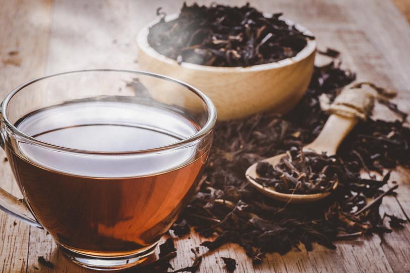 Okład z czarnej herbaty przywróci skórze pod oczami blask /123RF/PICSEL