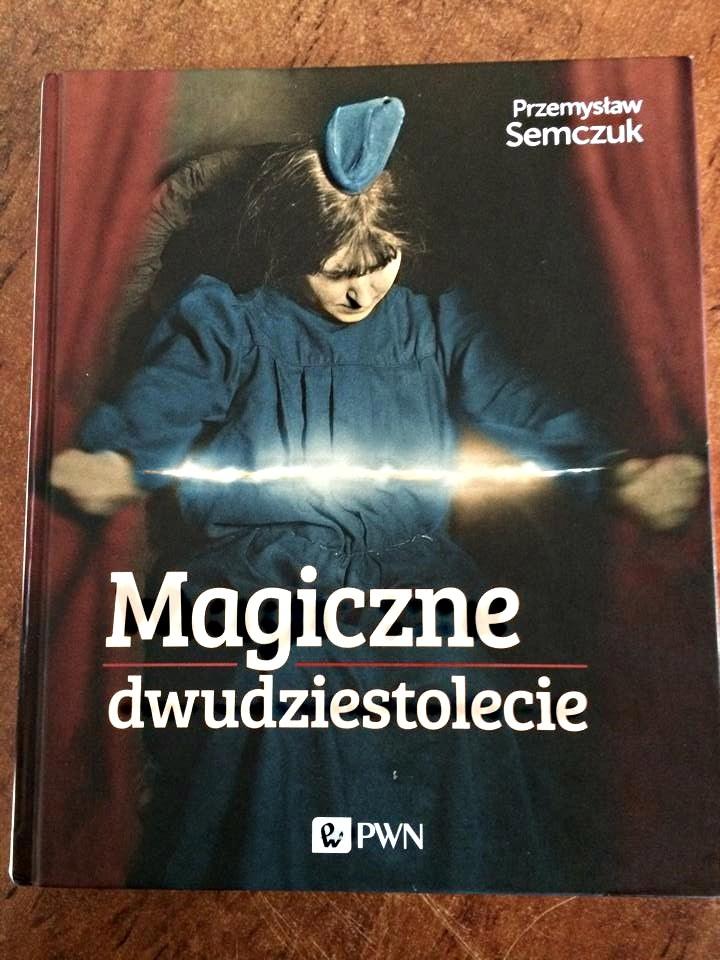 """Okładka książki """"Magiczne dwudziestolecie"""" autorstwa Przemysława Semczuka /"""