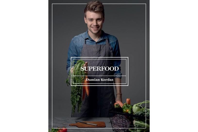 """Okładka książki """"Superfoods"""" Damiana Kordasa /materiały prasowe"""