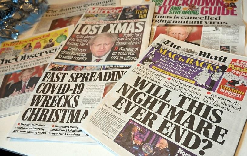 Okładki brytyjskich gazet codziennych po wprowadzeniu nowych ograniczeń w związku z nową odmianą koronawirusa /PAUL ELLIS / AFP /AFP