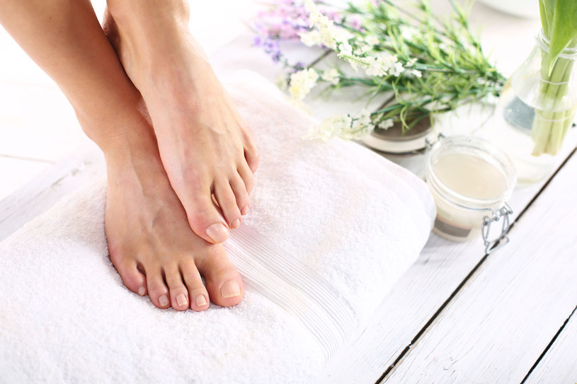 Okłady i ścieranie można stosować tylko na zdrową, niepopękaną skórę /123RF/PICSEL