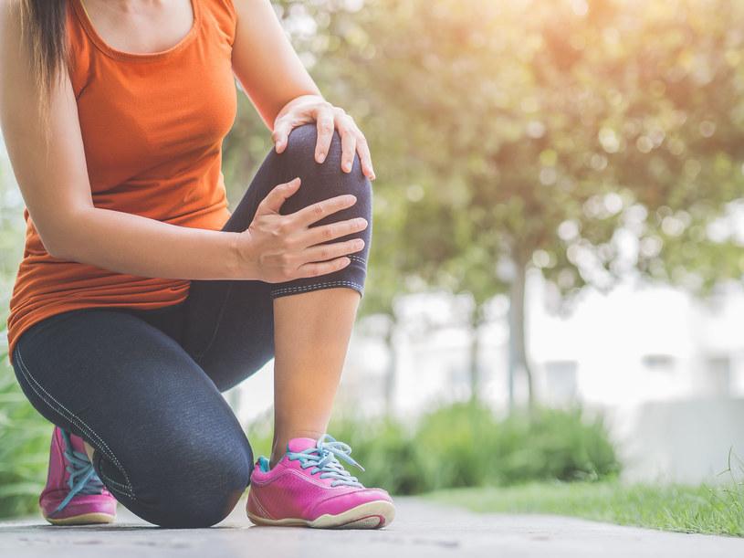 Okłady pomogą ci uśmierzyć ból kolan /123RF/PICSEL