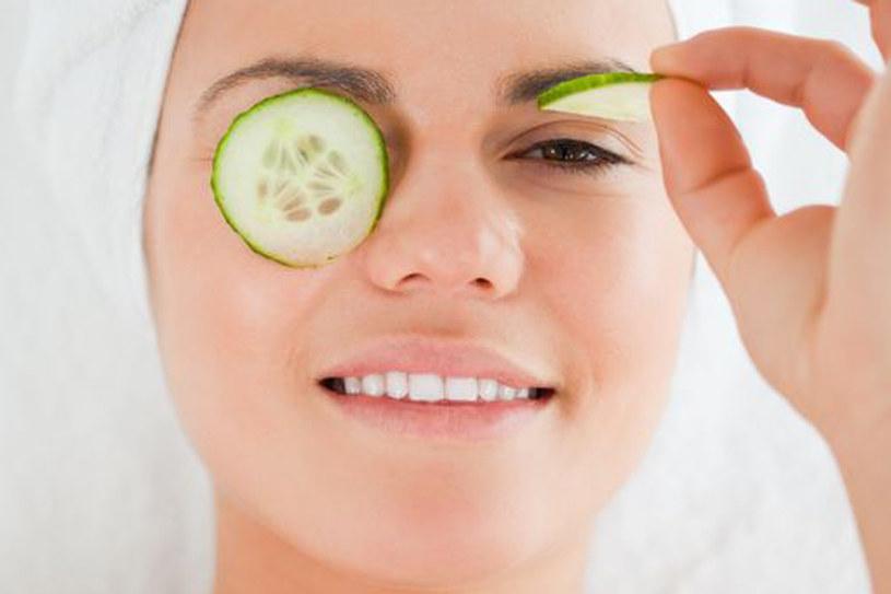Okłady z ogórka pomagają zmeczonej skórze pod oczami /123RF/PICSEL