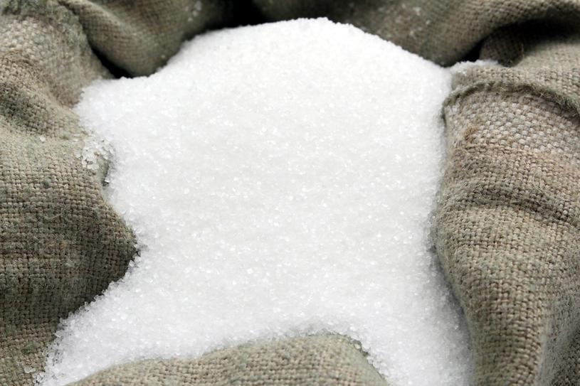 Okłady z rozgrzanej soli przyniosą ulgę /123RF/PICSEL