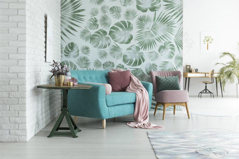 Oklej ścianę tapetą. Kwiatowe wzory ozdobią zarówno pokój dzienny, jak i sypialnię. Do salonu wybierz żywe kolory. Do pomieszczenia, w którym śpisz, uspokajający błękit /123RF/PICSEL