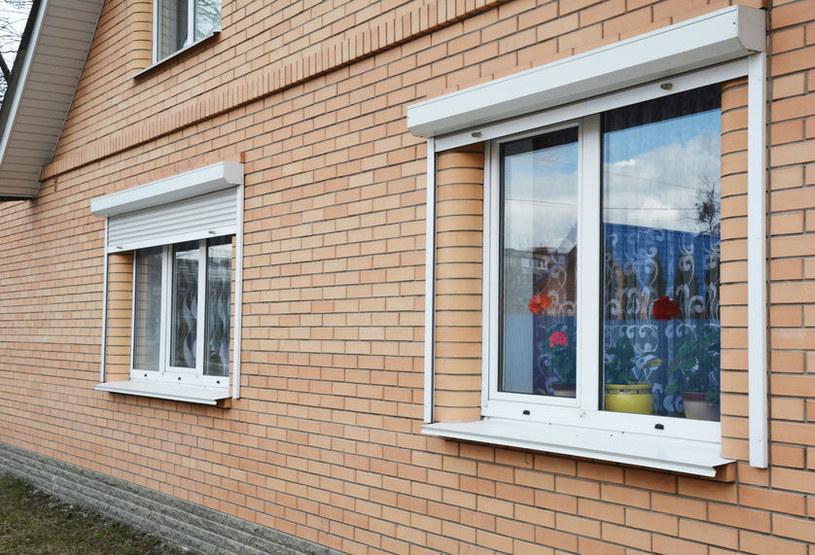Okna z roletami antywłamaniowymi /©123RF/PICSEL