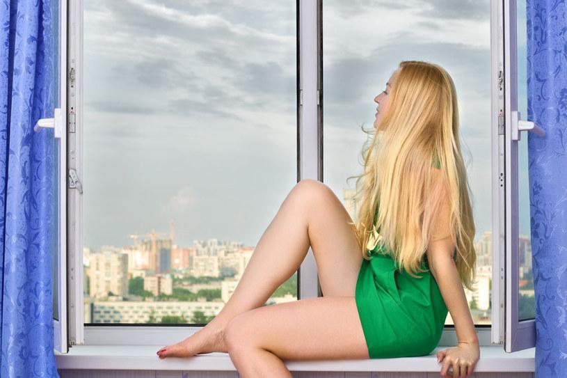 Okno symbolizuje wyjście na świat, wrażliwość, otwartość na wpływy z zewnątrz /123RF/PICSEL