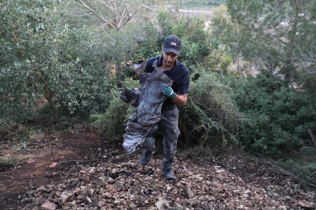 Okolice Jerozolimy. Izraelska policja zbiera szczątki rakiety wystrzelonej ze Strefy Gazy /ABIR SULTAN /PAP/EPA