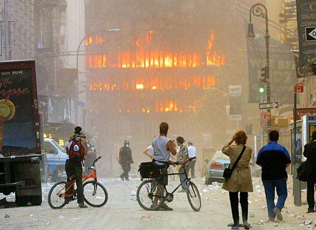 Okolice kompleksu WTC , nawet po zawaleniu się wież wybuchały pożary w pobliskich budynkach /Getty Images/Flash Press Media