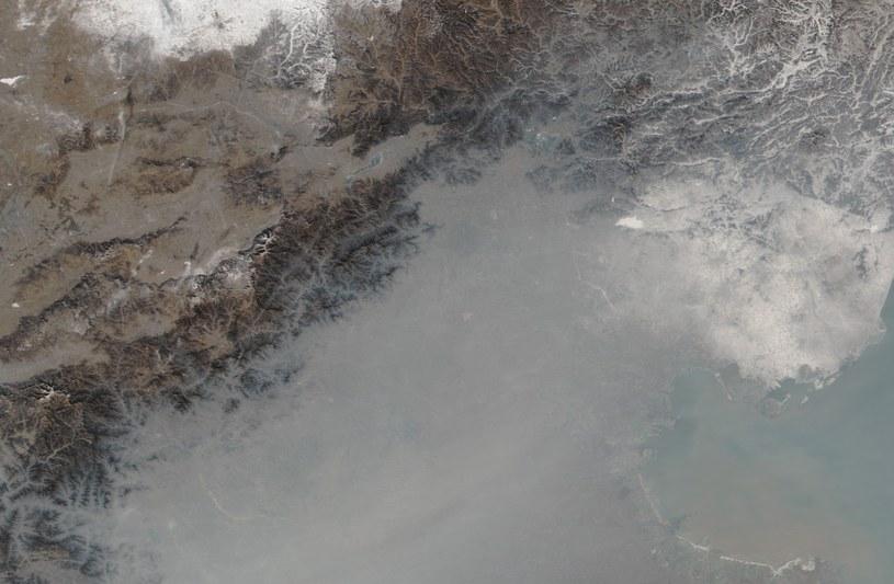 Okolice Pekinu skryte pod smogiem / Fot. - NASA / Jeff Schmaltz, LANCE/EOSDIS Rapid Response, Mike Carlowicz /Kosmonauta