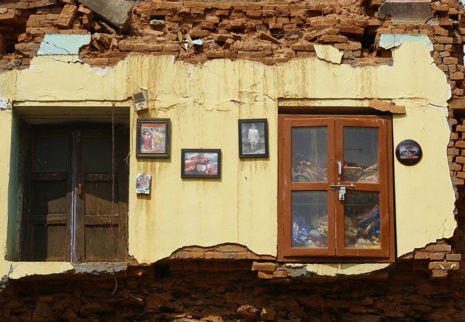 Około 10 tysięcy ludzi, których dotknął kataklizm, spędziło noc pod gołym niebem /Narendra Shrestha /PAP/EPA
