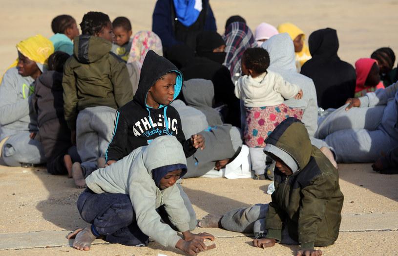 Około 12,5 proc. dzieci i młodych ludzi ginie podczas ryzykownej podróży /AFP