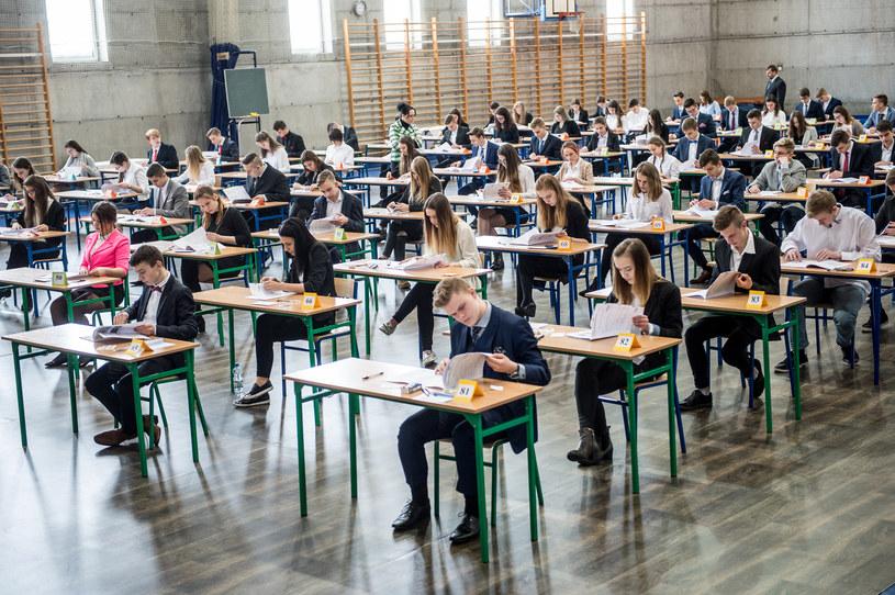 Około 350 tys. uczniów klas III gimnazjów rozpoczęło w środę egzamin gimnazjalny 2017 /Daniel Dmitriew /Agencja FORUM