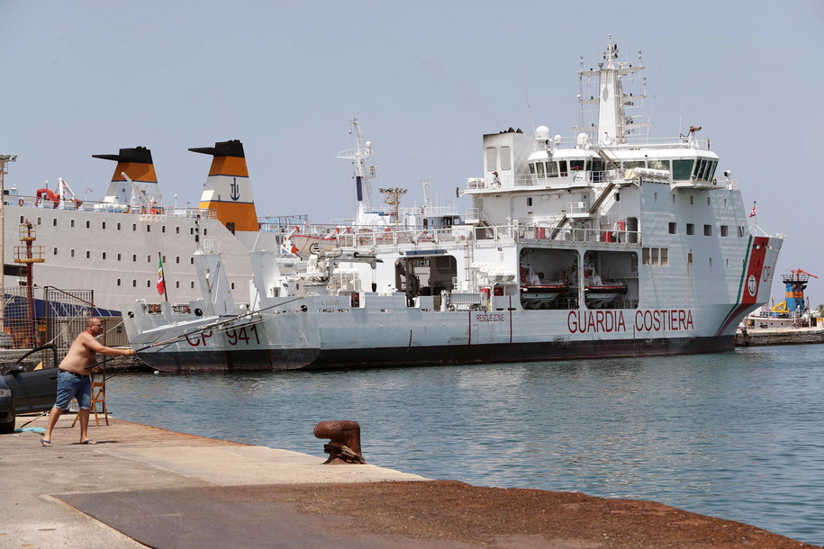 Około 450 przybyłych z Libii migrantów znajduje się obecnie na pokładach dwóch włoskich okrętów, których załogi zabrały ich z łodzi i pontonów w rejonie Sycylii. /IGOR PETYX /PAP/EPA