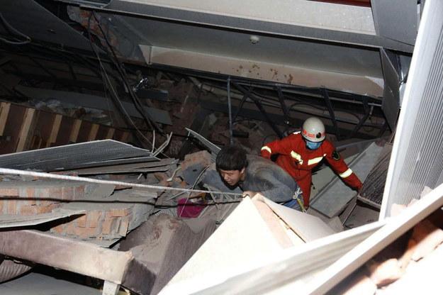 Około 70 osób zostało uwięzionych pod gruzami hotelu, który w sobotę zawalił się w mieście Quanzhou w prowincji Fujian na południowym wschodzie Chin /XIAO FAN /PAP/EPA