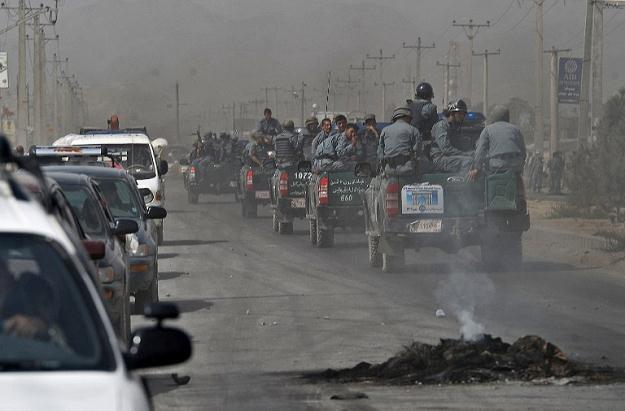 Około 800 osób wyszło na główną drogę prowadzącą z Kabulu do Dżalalabadu /AFP