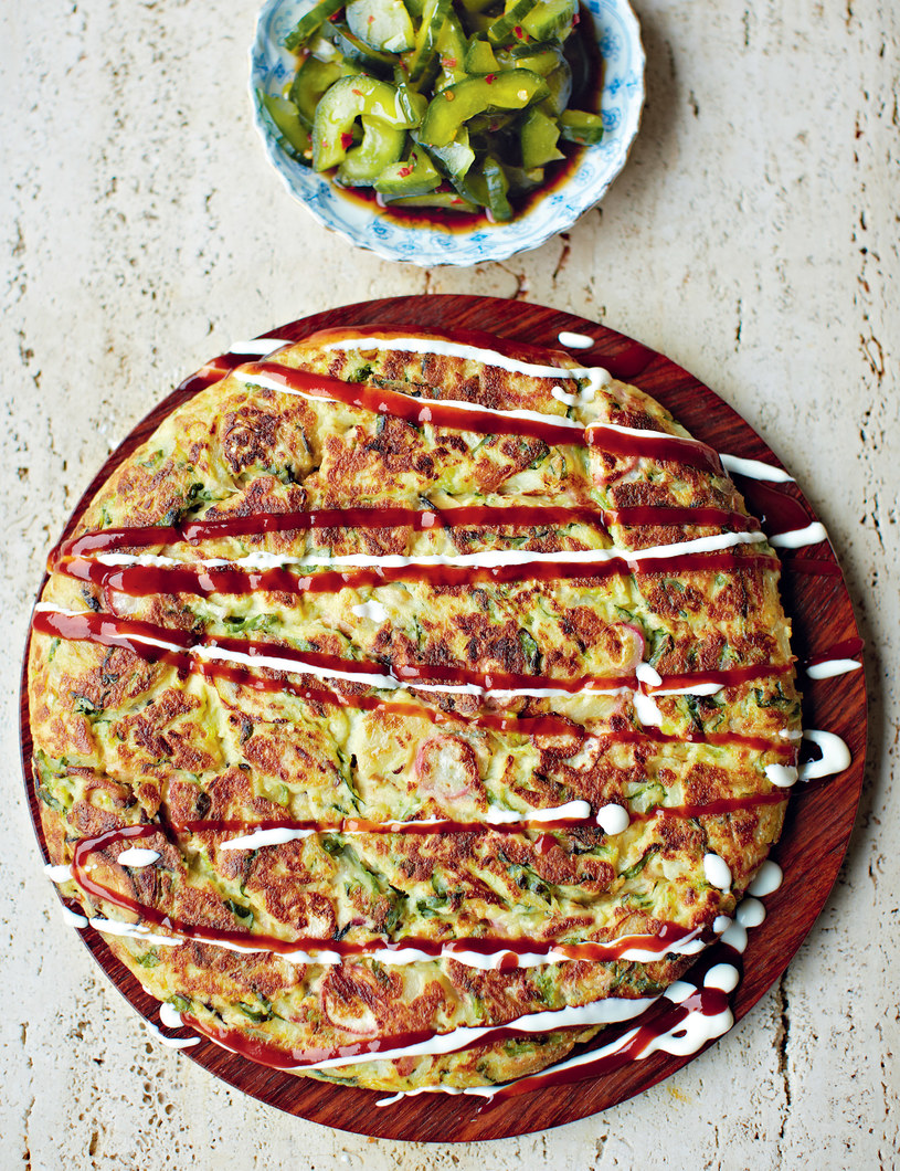 Okonomiyaki - wytrawny japoński naleśnik /David Loftus /materiały prasowe