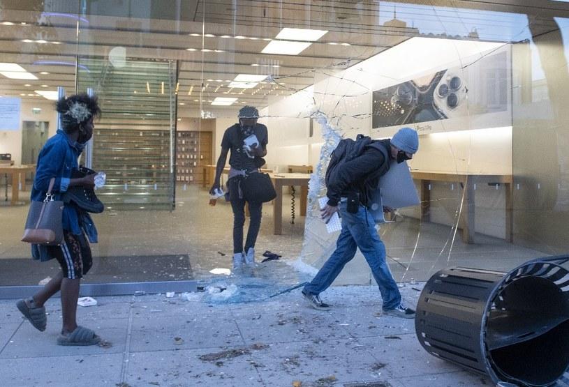 Okradziony i zniszczony salon Apple w Los Angeles /AFP