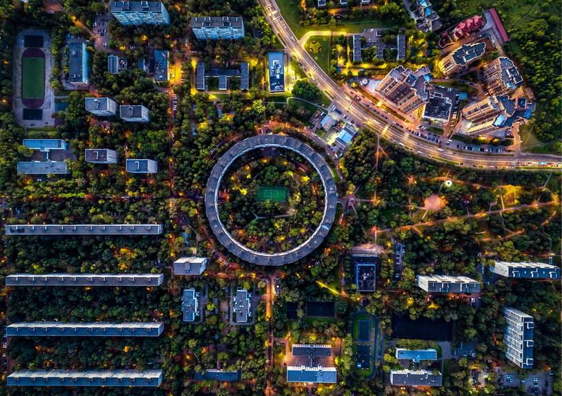 Okrągłe domy najlepiej prezentują się z lotu ptaka /Getty Images