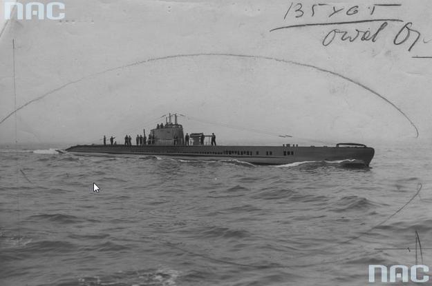 """Okręt podwodny """"Żbik"""" na morzu /Z archiwum Narodowego Archiwum Cyfrowego"""