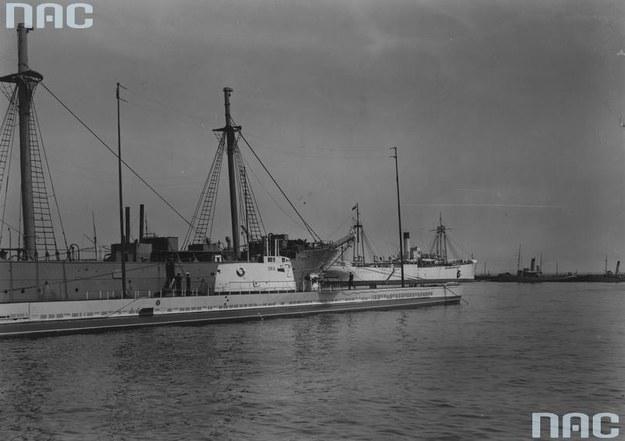 """Okręt podwodny """"Żbik"""" w porcie wojennym w czasie Święta Morza w 1932 roku. Za nim widoczne okręty: żaglowiec """"Lwów"""" i ORP """"Bałtyk"""" /Z archiwum Narodowego Archiwum Cyfrowego"""